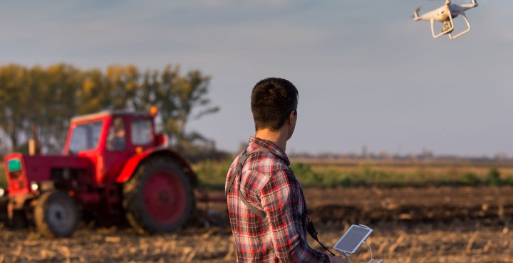 agricultor manejando dron