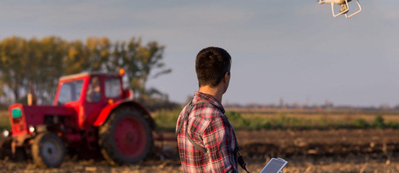 foodtech startups - agricultor manejando un dron en el campo