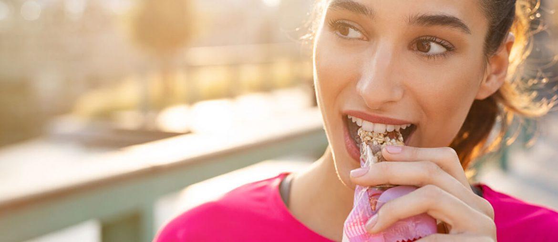 mujer comiendo alimentos funcionales